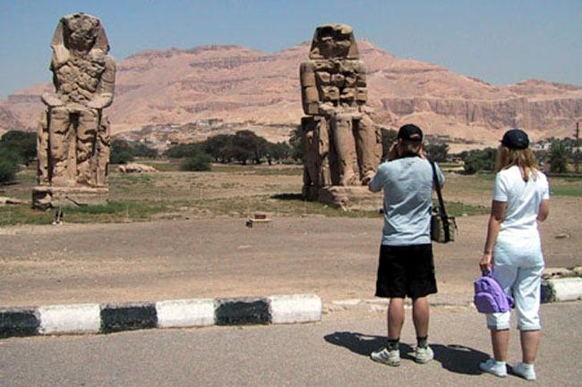 luxor_colossi_tourists