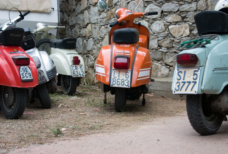 02_back_of_vespas@2x