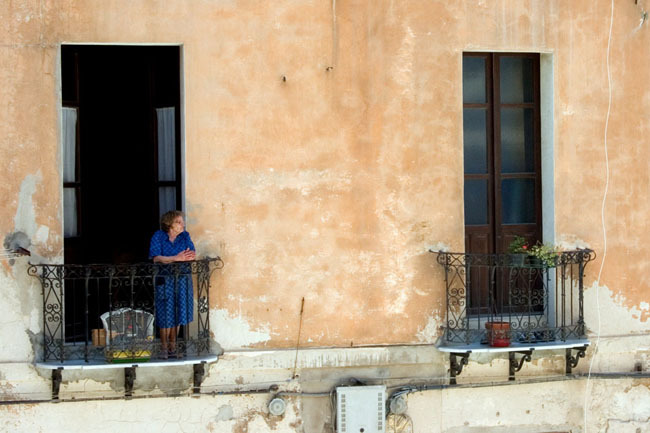 cagliari_old_lady_balcony
