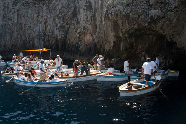 capri_more_boats_outside_grotto