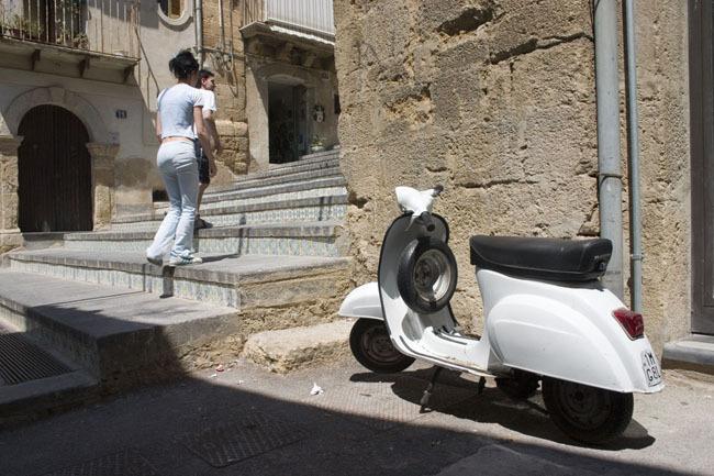 castiglione_couple_steps_white_vespa