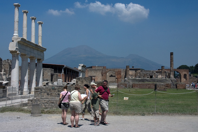 pompeii_tourists_looking_for_ruins