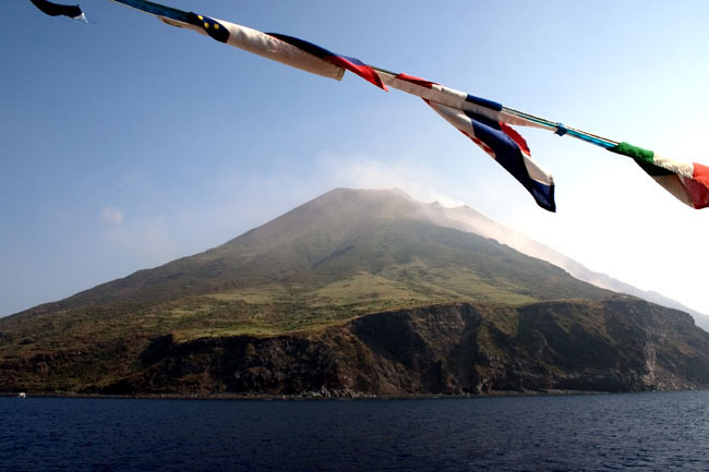 stromboli_from_sea_flags